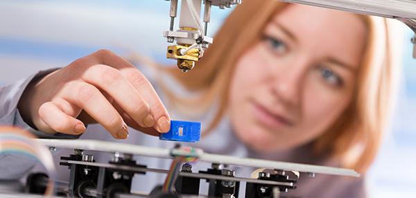Portrait junge Frau in der Automatisierung